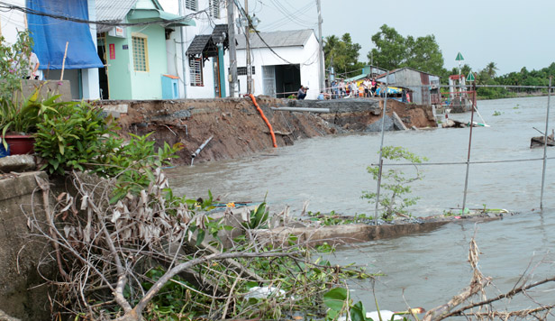 Landslide sweeps away road and houses in Can Tho