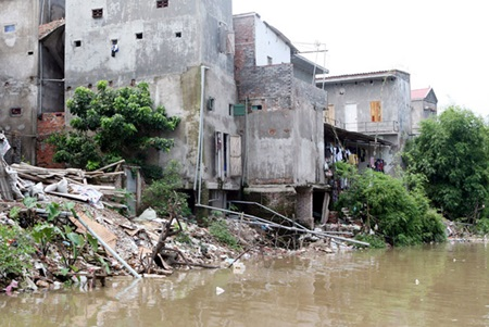 Landslides along the Nhue River in Cau Dien Town, Ha Noi pose a threat to residents and farm production.