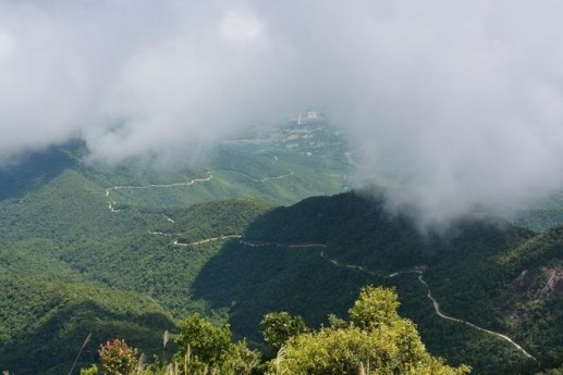 Photos: Clouds floating over Bach Ma Peak