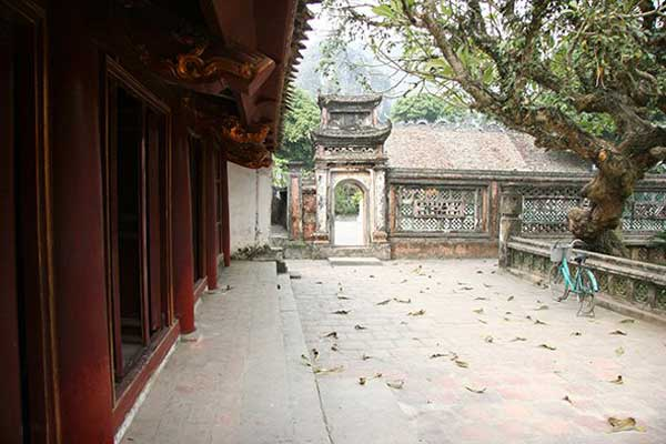 Visiting a royal temple of the Dinh Dynasty