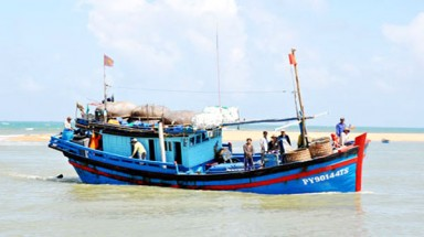 Fishing boats face difficulties when estuaries fill up
