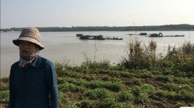 Hanoi police detain three vessels for sand theft