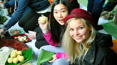 Int'l tourists learn to wrap Chung cake