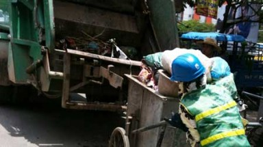 Hanoi: Garbage workers warn against using compactors