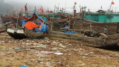 "Hoang Truong fishing port turns into ""littered sea"""