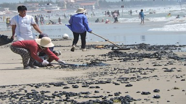 Oil clumps cover beaches of Vung Tau
