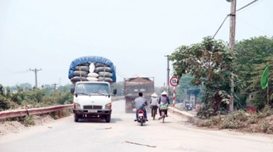 Heavy trucks make trouble near Ha Noi