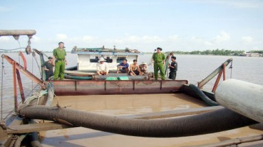 Sand exploiters spoil large rivers in central region