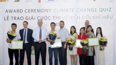 Five Vietnamese nationals presented with climate change awards