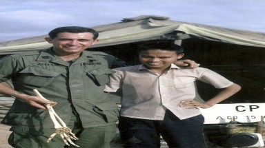 American doctor returns bone to a Vietnamese soldier after 47 years