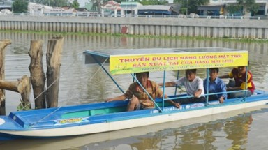 Vietnamese farmers make solar-powered boat
