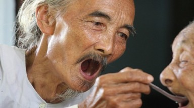 Photos show Vietnam man in 80s taking good care of 113-yr-old mother