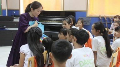 Korean, Vietnamese couple holds free music class for disadvantaged kids