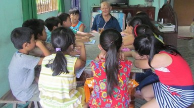 Aged paralyzed teacher spends 22 yrs teaching free English to Vietnam children