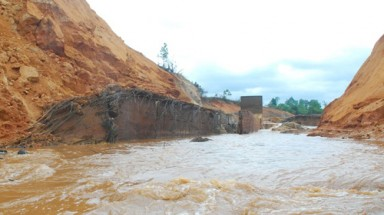 Hydropower dam fracture deluges Highlands province