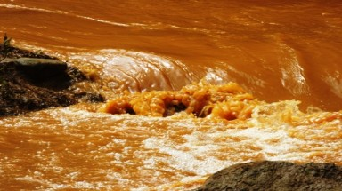 Mine in Thanh Hoa discharges waste into local stream