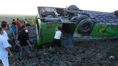1 killed, 20 injured when bus plunges off road in central Vietnam