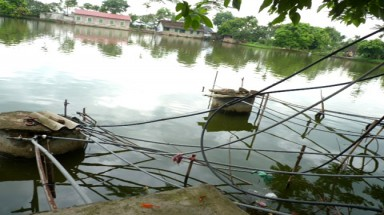 Hanoi hamlet must rely on water from polluted pond