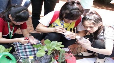 "Vietnamese Students experience ""No impact on the environment"" week"