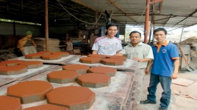 Vietnamese students make interlocking block bricks from SIT