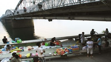 Hue to close Perfume River night markets